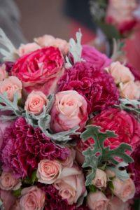 Bruidsboeket van rozen en anjers