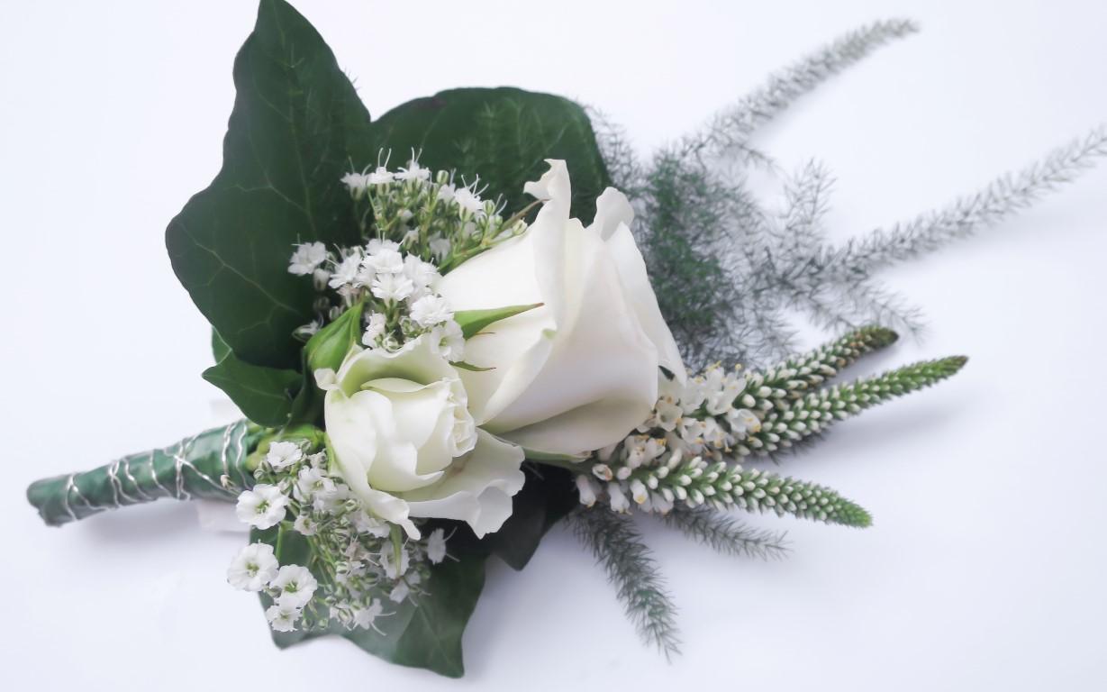 corsage wit rozen gipskruid