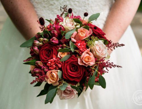 Bruidsboeket in rood tinten